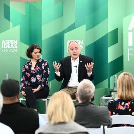 Diretora da Aliança Empreendedora discute desafios e potencialidades do microempreendedorismo em evento internacional